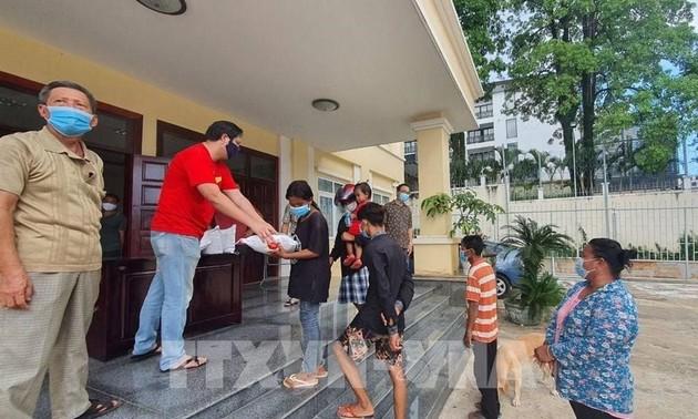 Giúp đỡ các gia đình gốc Việt ở Campuchia gặp khó khăn vì dịch COVID-19