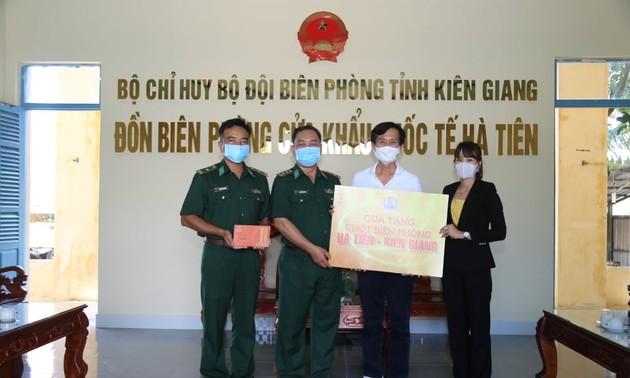 Tặng quà bộ đội biên phòng cửa khẩu Hà Tiên
