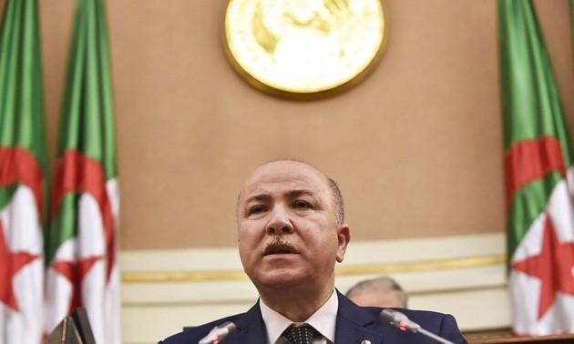 Điện mừng lãnh đạo nước Cộng hòa Algeria Dân chủ và Nhân dân