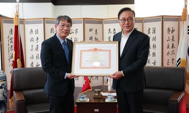 Trao bằng khen của Thủ tướng Chính phủ tặng Tổng lãnh sự danh dự Việt Nam tại khu vực Busan-Gyeongnam, Hàn Quốc