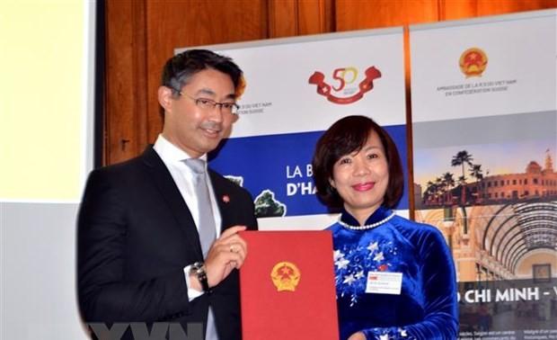 Trao quyết định chính thức bổ nhiệm Lãnh sự danh dự đầu tiên của Việt Nam tại Thụy Sĩ và Hội thảo về Việt Nam