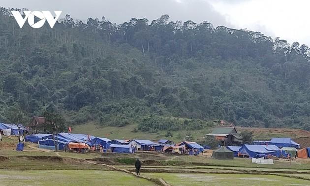 Эвакуированные из-за наводнений жители уютно встречают Тэт в ожидании нового жилья