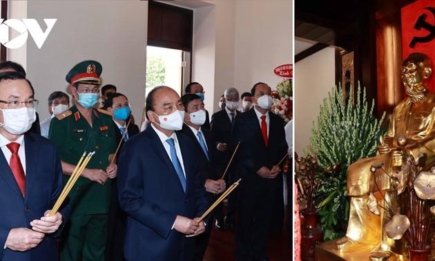 Президент Нгуен Суан Фук воскурил благовония в память о президенте Хо Ши Мине