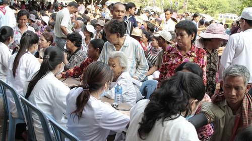 Bác sĩ Việt Nam khám chữa bệnh miễn phí cho gần 6.000 người dân Campuchia