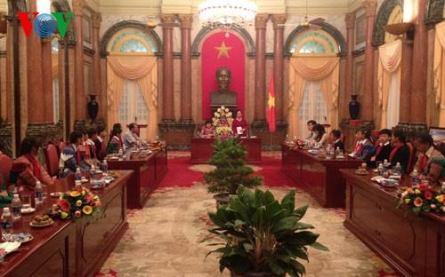Phó Chủ tịch nước Nguyễn Thị Doan tiếp đoàn học sinh tiêu biểu tỉnh Lào Cai