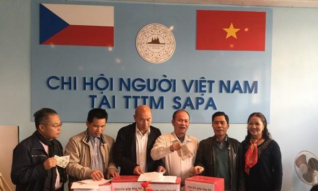 Chi hội người VN tại Trung tâm Thương mại Sapa Praha quyên góp ủng hộ đồng bào miền Trung bị lũ lụt