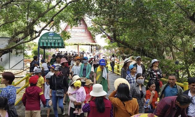 Đền thờ Âu Lạc, Đà Lạt thu hút đông đảo du khách dịp lễ giỗ Tổ Hùng Vương