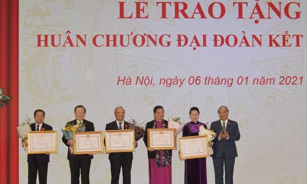 Lễ trao tặng Huân chương Đại đoàn kết dân tộc cho lãnh đạo Quốc hội