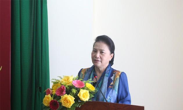 Chủ tịch Quốc hội Nguyễn Thị Kim Ngân tặng quà Tết tại tỉnh Bến Tre