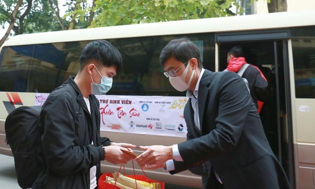 Trung ương Hội Sinh viên Việt Nam tặng quà và vé xe hỗ trợ sinh viên về quê đón Tết
