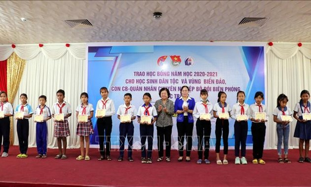 Trao học bổng tặng học sinh dân tộc thiểu số và con em chiến sỹ Biên phòng