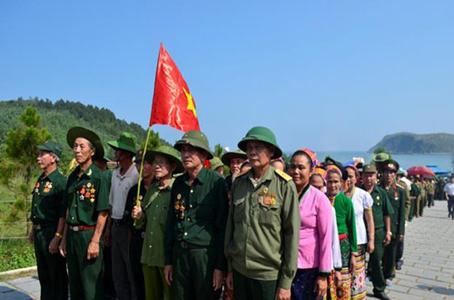 Более 10 тысяч человек зажгли благовония в память о генерале Во Нгуен Зяпе