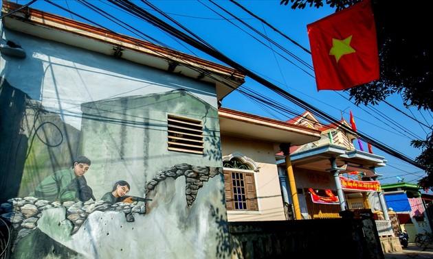 Весна в деревне Каньзыонг, стены домов которой украшены живописными картинами
