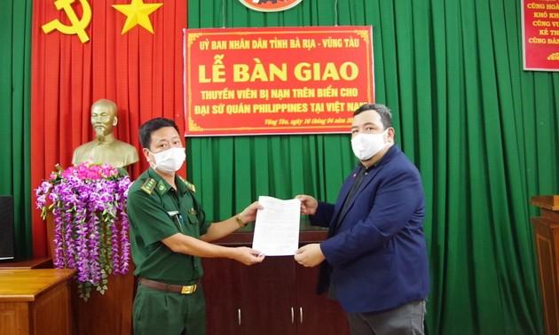 Prajurit tentara perbatasan Provinsi Ba Ria – Vung Tau menyerahkan awak kapal orang Filipina ke tanah airnya