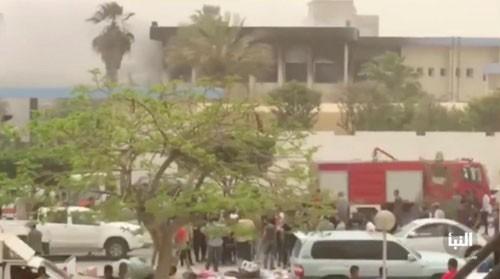 Ataque suicida en sede de la Comisión Electoral de Libia causa muchas bajas