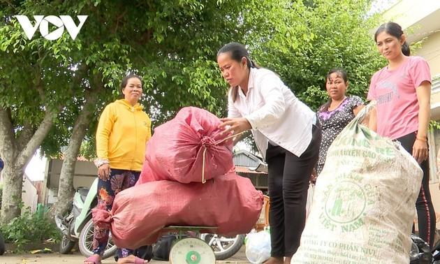 """Mujeres de Soc Trang con el modelo """"Ganar dinero clasificando los residuos domésticos"""""""