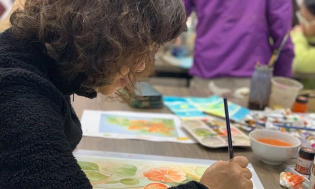 Despiertan la pasión entre los jóvenes de Hanói por la pintura sobre seda
