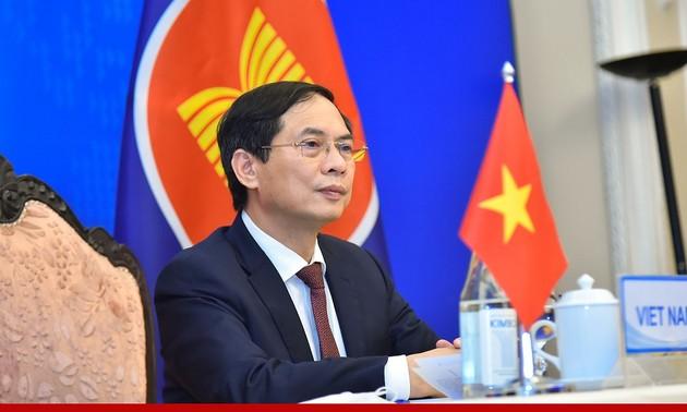 Canciller vietnamita asiste a conferencias ministeriales entre la Asean, China y Japón