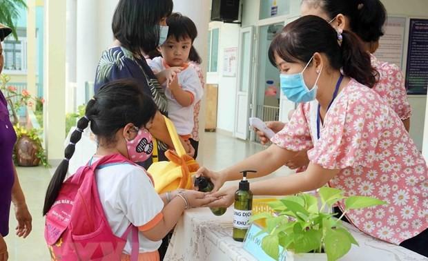 นักเรียน นักศึกษาทั่วประเทศกลับไปเรียนอีกครั้งในสภาวการณ์ที่การป้องกันและรับมือการแพร่ระบาดของโรคโควิด-19 ได้รับการปฏิบัติอย่างเคร่งครัด