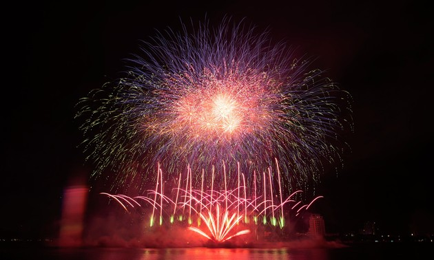 Italy, Finland dazzle Danang International Fireworks Festival