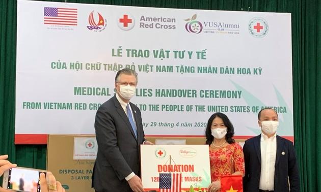 Vietnam associations donate 420,000 medical masks to US