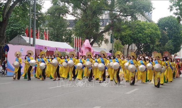 """Ao dai"" festival lures visitors in Hanoi"