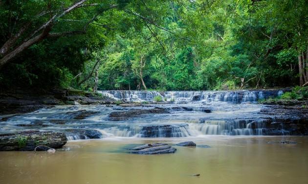 Bewunderung der Wasserfälle in Dak Lak