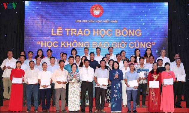 """Vizestaatspräsidentin Dang Thi Ngoc Thinh überreicht Stipendien """"Kein Ende des Lernens"""""""