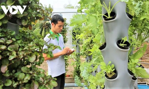 Junge Menschen betreiben saubere Landwirtschaft