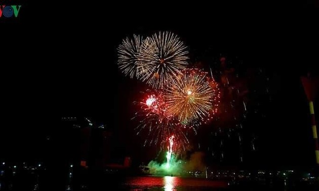 Vietnam rings in New Year with fireworks, extravaganza shows