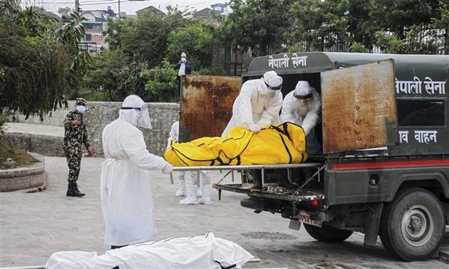ทั่วโลกมีผู้เสียชีวิตจากโรคโควิด-19 สะสมกว่า 3.28 ล้านราย