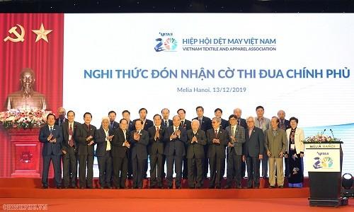 Premier vietnamita asiste al acto conmemorativo del 20 aniversario del  establecimiento de la Asociación Nacional de Confecciones Textiles
