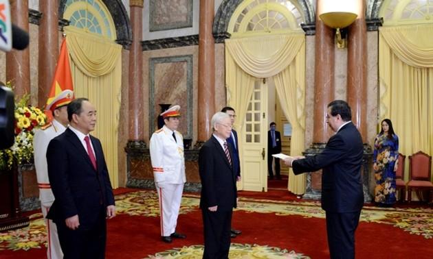 Máximo líder de Vietnam recibe a los embajadores de Panamá, Singapur e Indonesia