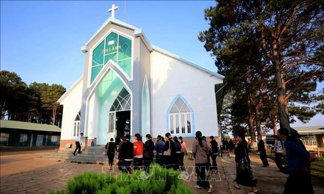 Visitar la iglesia evangélica de Plei Mo Nu
