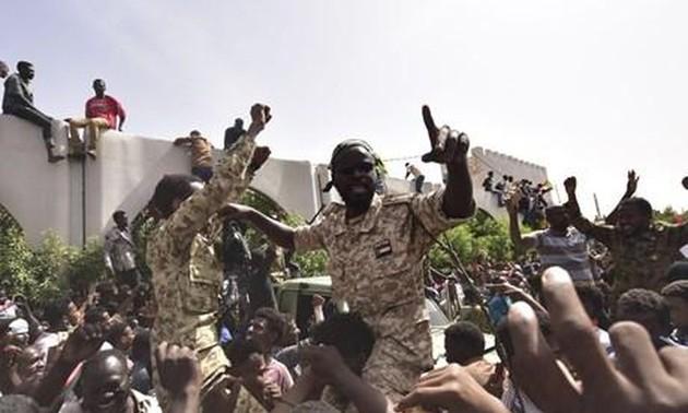 Soudan: des milliers de manifestants défient le couvre-feu