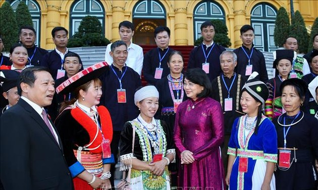 Dang Thi Ngoc Thinh reçoit une délégation des minorités ethniques de Cao Bang