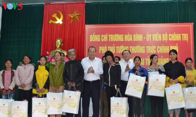 Truong Hoà Binh remet des cadeaux aux minorités ethniques de Quang Tri