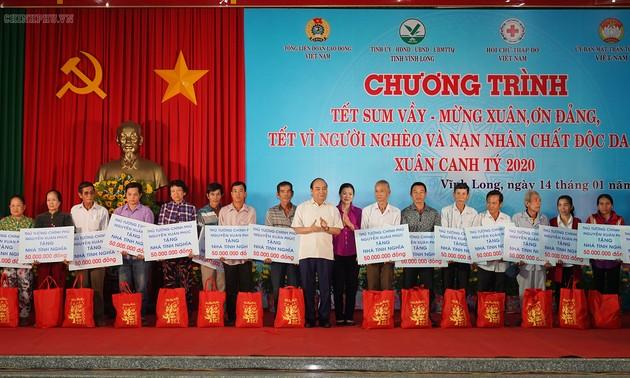 Nguyên Xuân Phuc au programme « Têt de retrouvailles » à Vinh Long