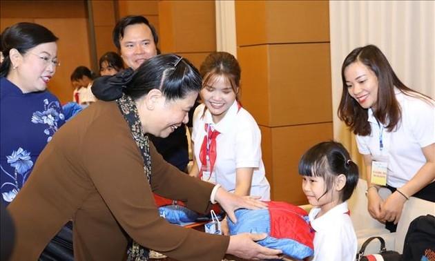Tong Thi Phong rencontre des élèves orphelins ou handicapés de Thai Nguyên