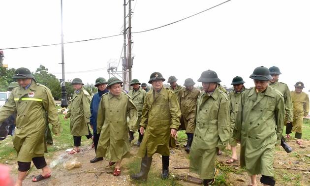 Crues et inondations dans le Centre: Trinh Dinh Dung au chevet des sinistrés de Quang Binh