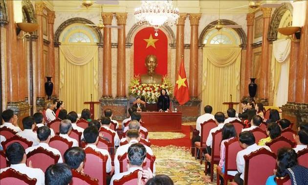 Dang Thi Ngoc Thinh reçoit des figures exemplaires de la province de Vinh Long