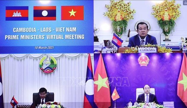 Entretien virtuel entre les Premiers ministres vietnamien-laotien-cambodgien