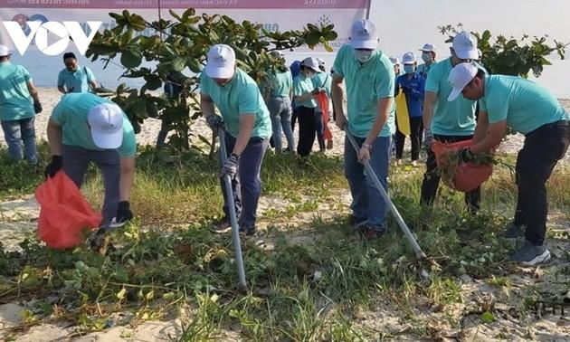 Danang: plus de 100 membres de la jeunesse communiste assainissent l'environnement maritime