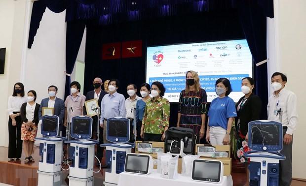 La Chambre de commerce américaine au Vietnam offre des équipements médicaux à Hô Chi Minh-ville