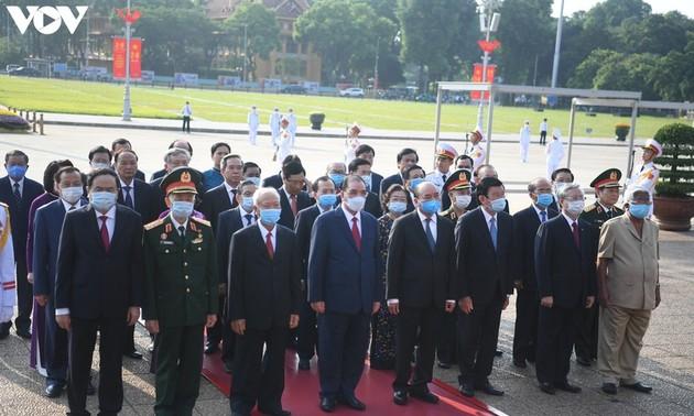 Руководители партии и государства Вьетнама посетили мавзолей Хо Ши Мина по случаю Дня независимости страны
