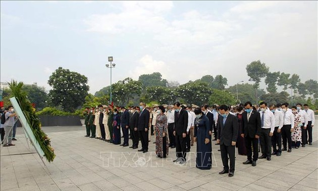 Воскуривание благовоний в память о президентах Хо Ши Мине и Тон Дык Тханге