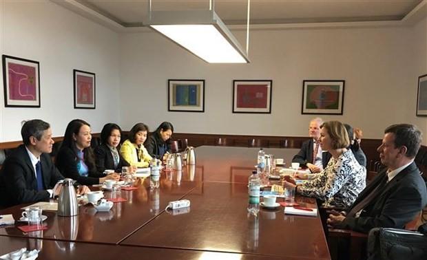 Đoàn công tác Hội Liên hiệp Phụ nữ Việt Nam làm việc tại Đức