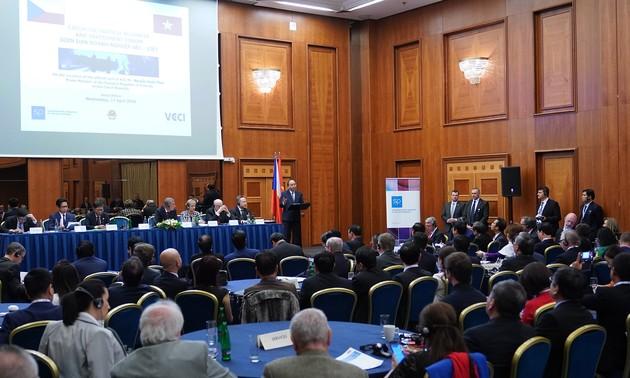 Thủ tướng Nguyễn Xuân Phúc và Thủ tướng CH Czech Andrej Babis đồng chủ trì Diễn đàn Doanh nghiệp hai nước