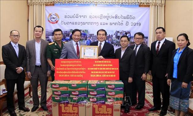 Lào tiếp nhận hỗ trợ của cộng đồng người Việt tại Lào giúp người dân vùng thiên tai