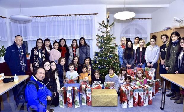 Những tấm lòng Việt góp thêm hơi ấm mùa Giáng sinh tại CH Czech